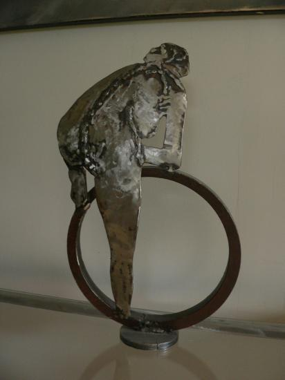 femme au cerceau sculpture acier